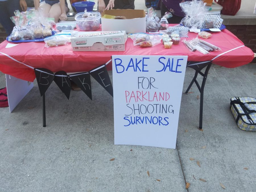 The UNF Social Work Club selling baked goods in order to raise money for the Parkland Shooting Survivors. Photo by Valeree Del Guidice