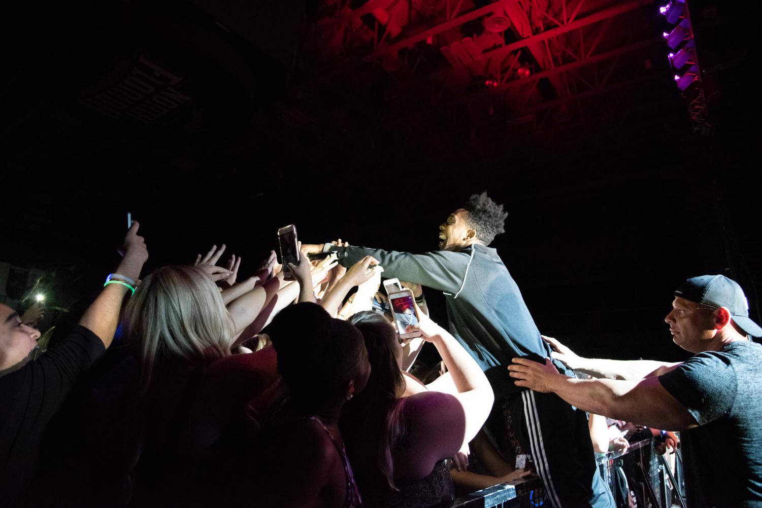 Desiigner+reaches+into+the+crowd%0APhoto+by+Lili+Weinstein