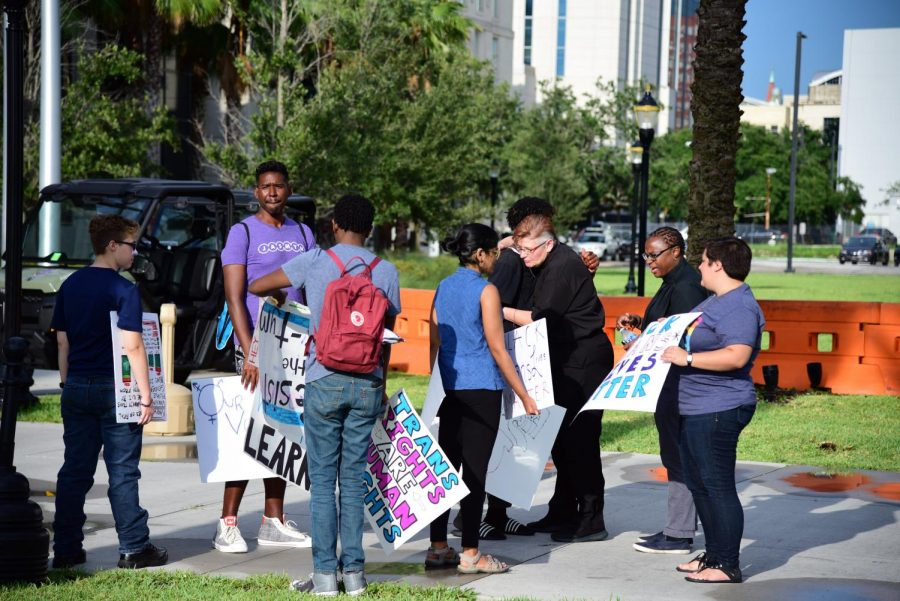 Activists+begin+to+gather+outside+of+the+Duval+County+Courthouse.